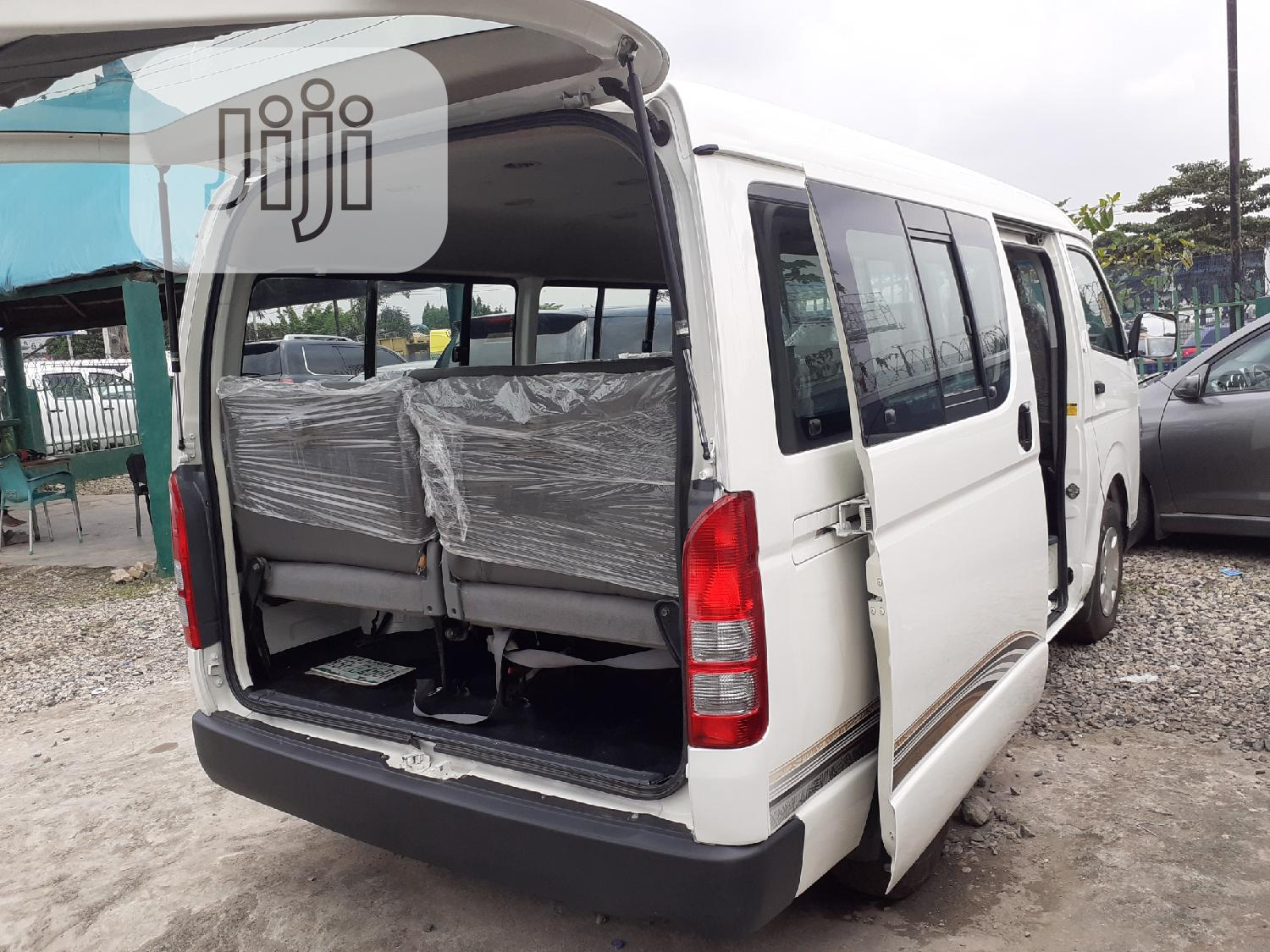 Archive: Toyota Hiace Hummer 2012 White