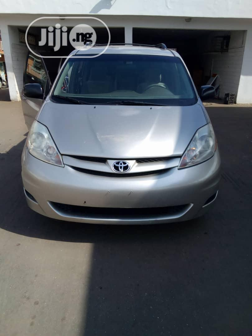 Archive: Toyota Sienna 2007 Gold