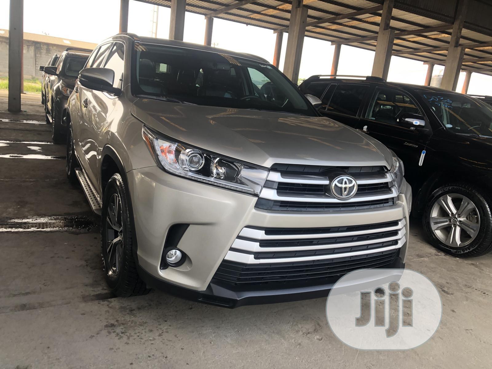 Toyota Highlander 2018 XLE 4x4 V6 (3.5L 6cyl 8A) Gold