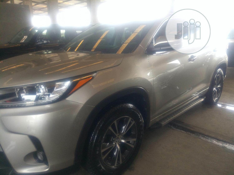 Archive: Toyota Highlander 2018 XLE 4x4 V6 (3.5L 6cyl 8A) Gold