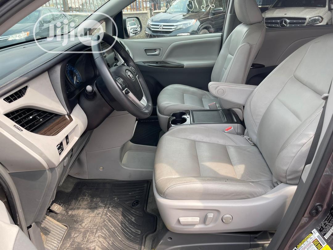 Archive: Toyota Sienna 2017 Gray
