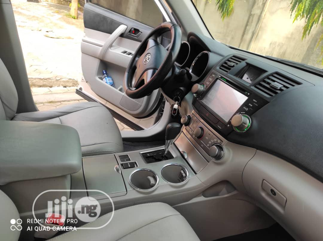 Archive: Toyota Highlander 2011 SE Gray