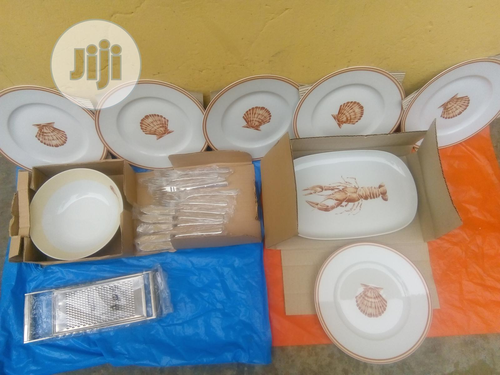 Set of 9 Breakable Plates for Dinning With Cutleries