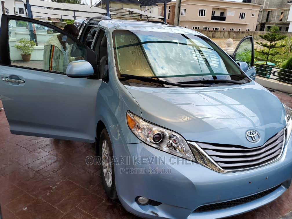 Archive: Toyota Sienna 2017 Blue
