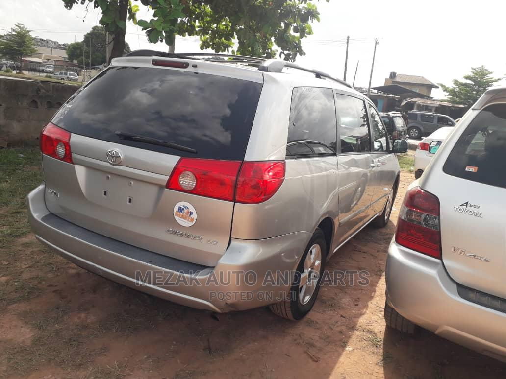 Archive: Toyota Sienna 2009 Silver