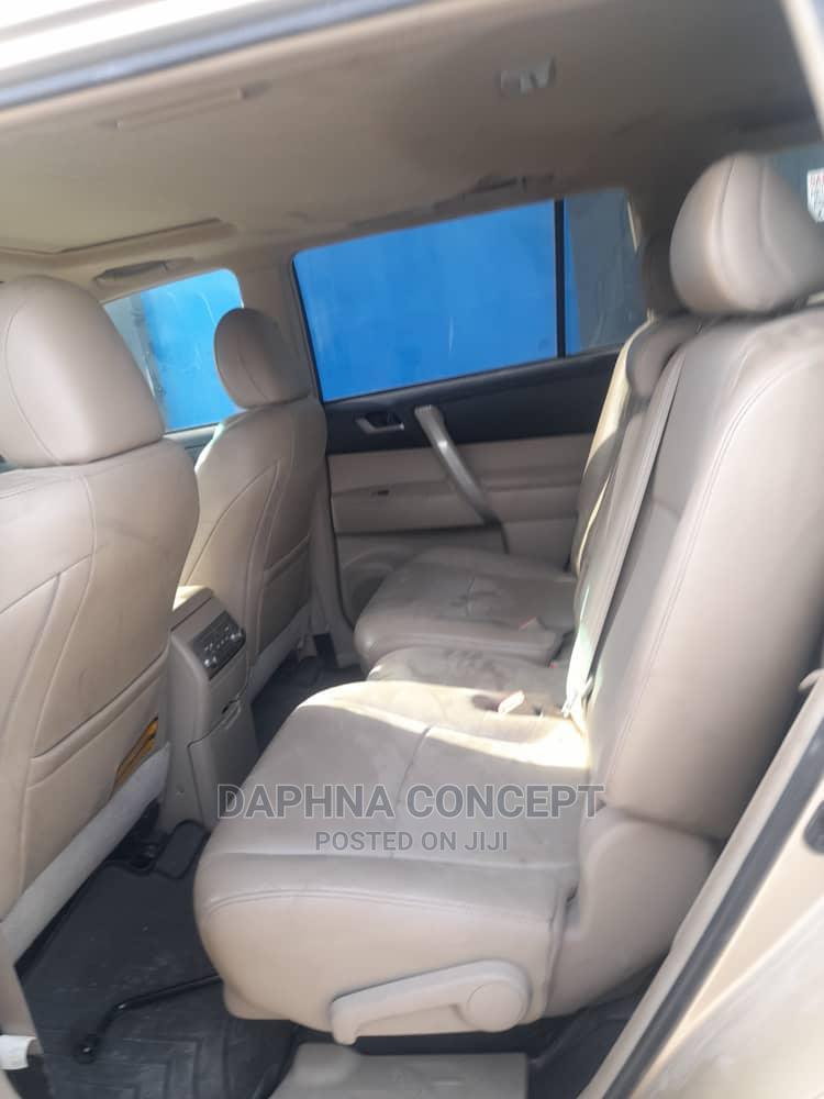 Archive: Toyota Highlander 2012 SE Gold