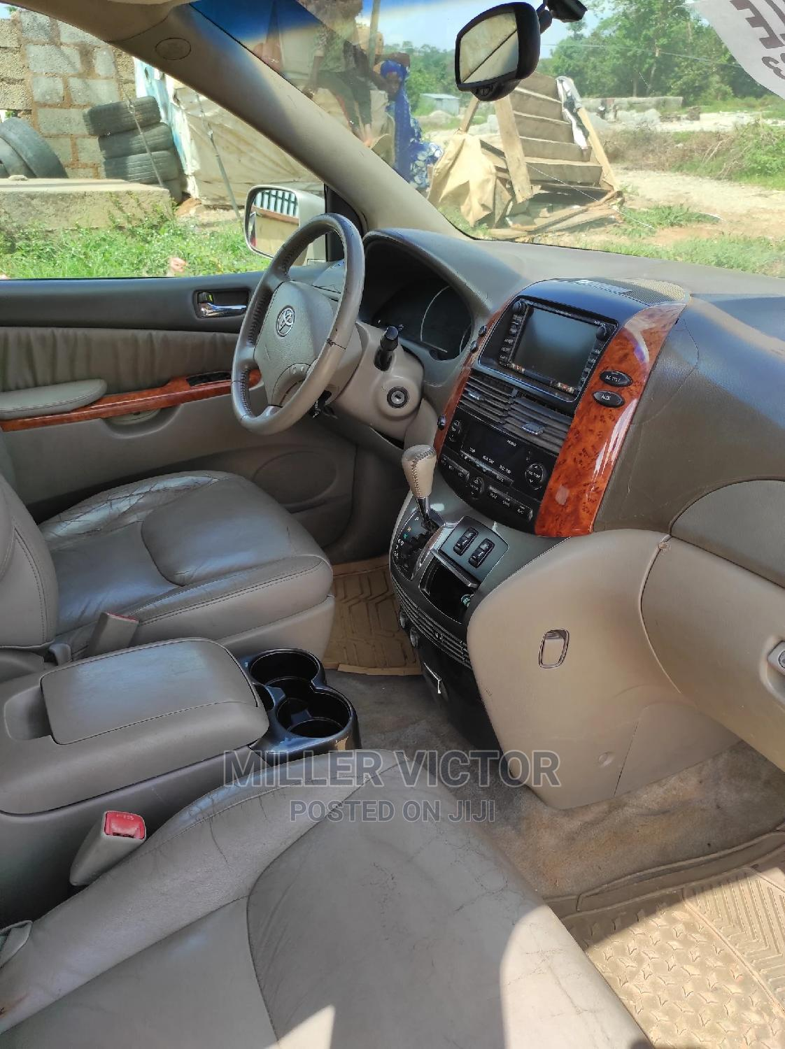 Archive: Toyota Sienna 2007 XLE 4WD Gold