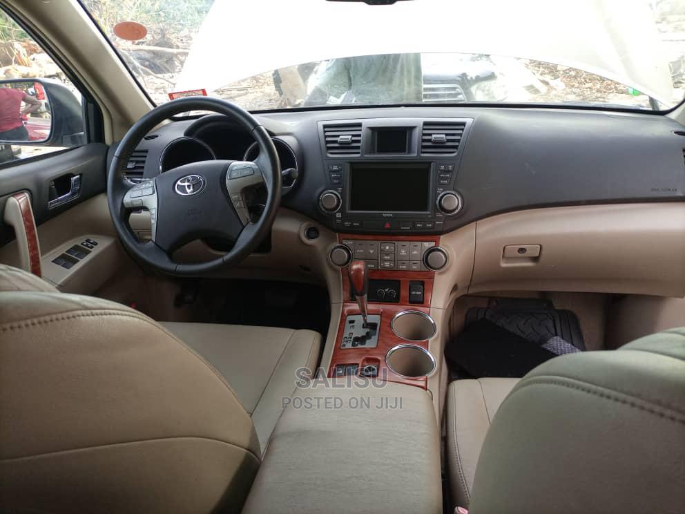 Archive: Toyota Highlander 2009 Gold