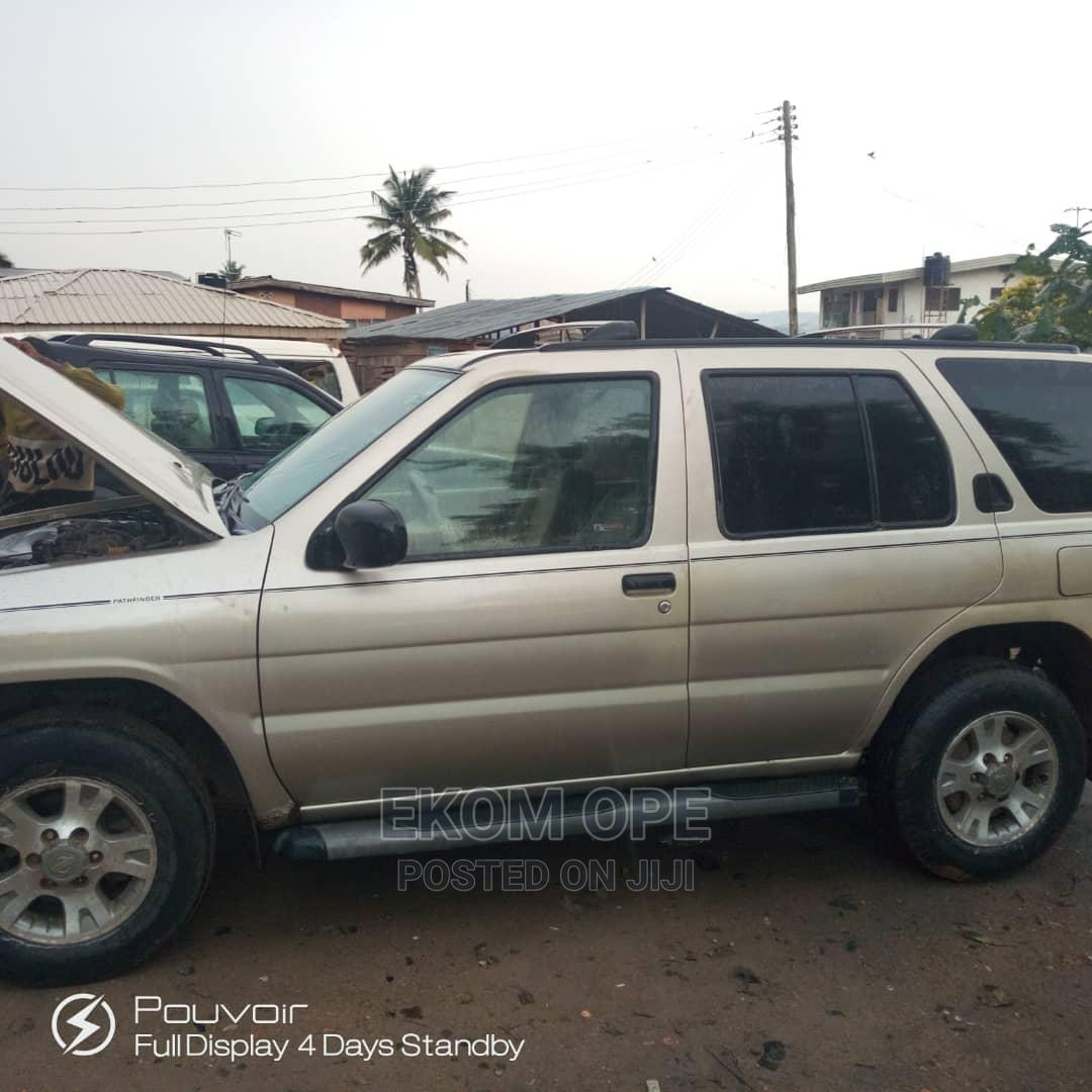 Archive: Nissan Pathfinder 2002 LE AWD SUV (3.5L 6cyl 4A) Gold