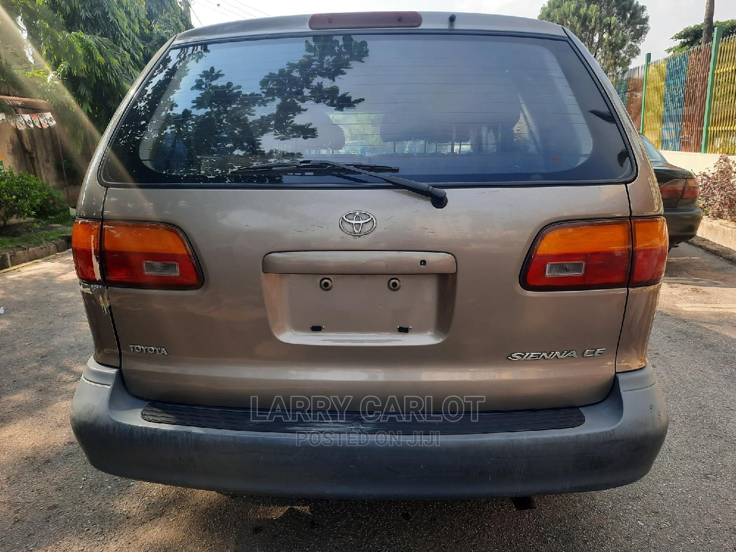 Archive: Toyota Sienna 1999 CE Gold