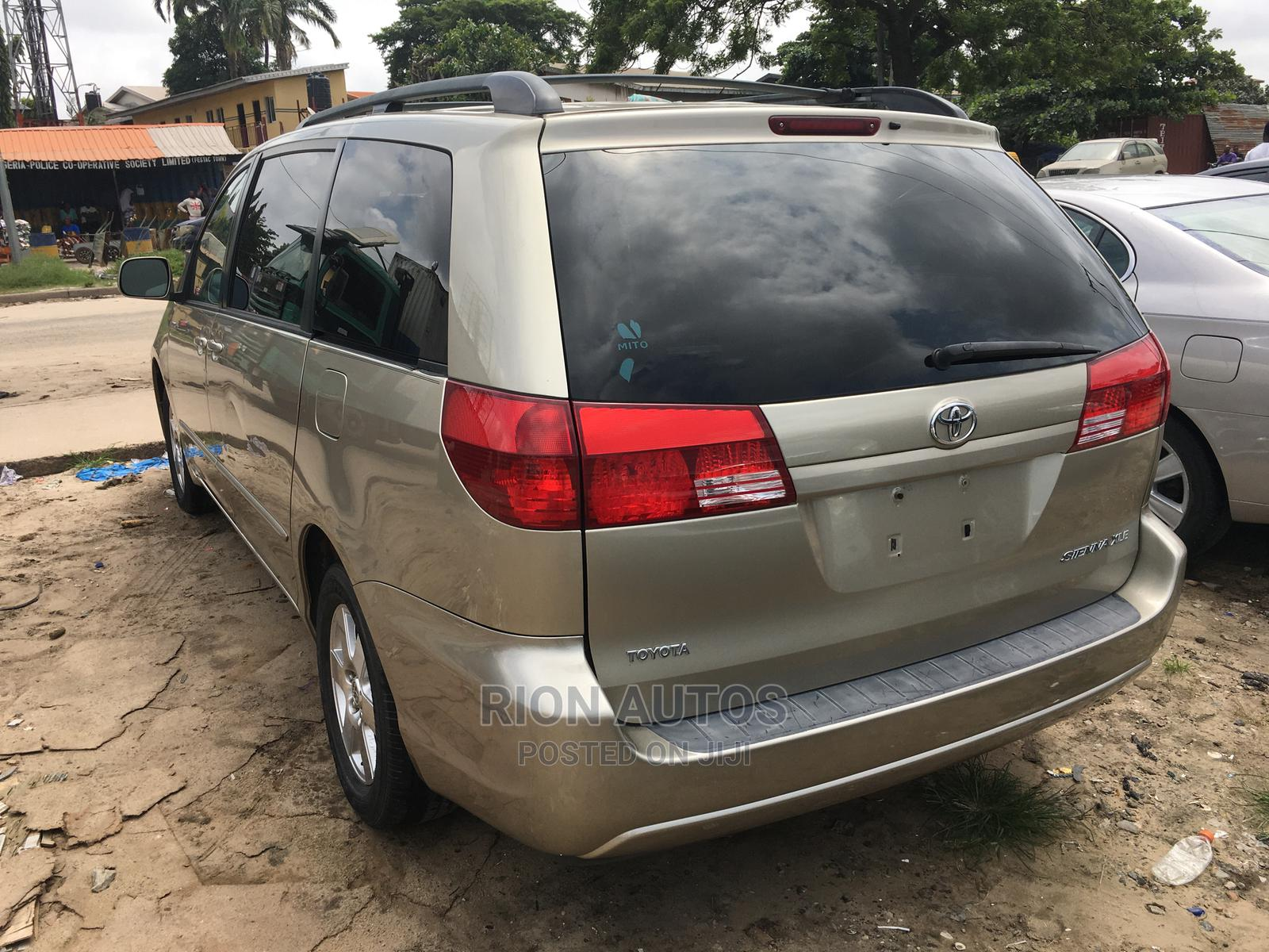 Archive: Toyota Sienna 2004 Gold