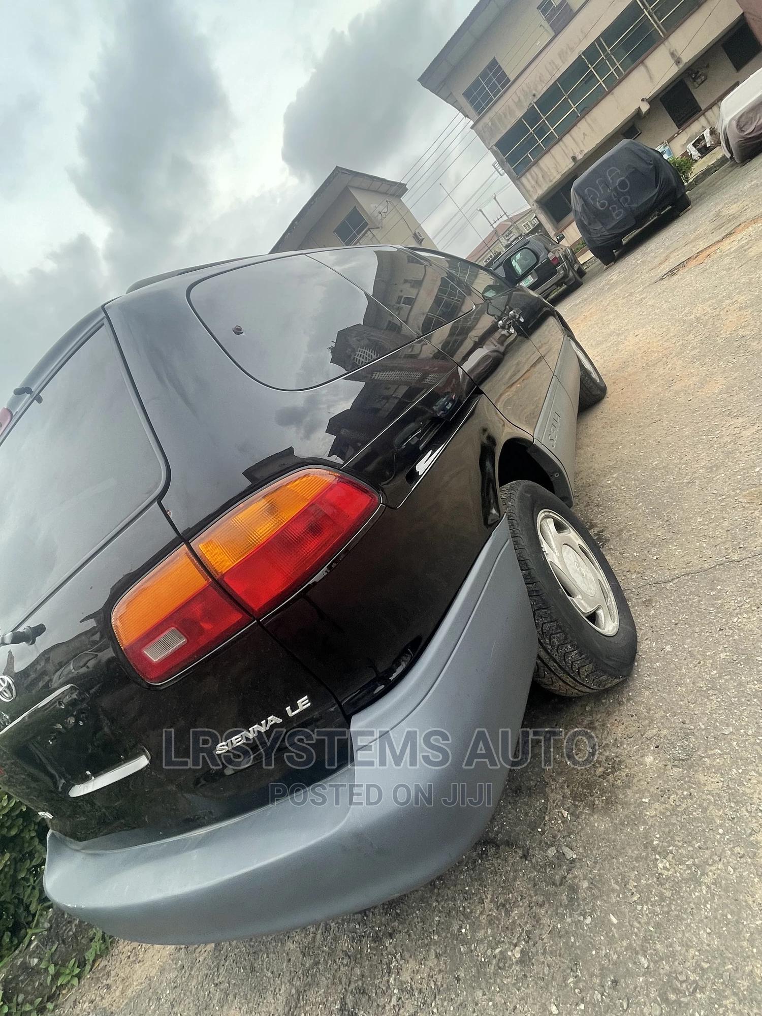 Archive: Toyota Sienna 2000 LE & 1 Hatch Black