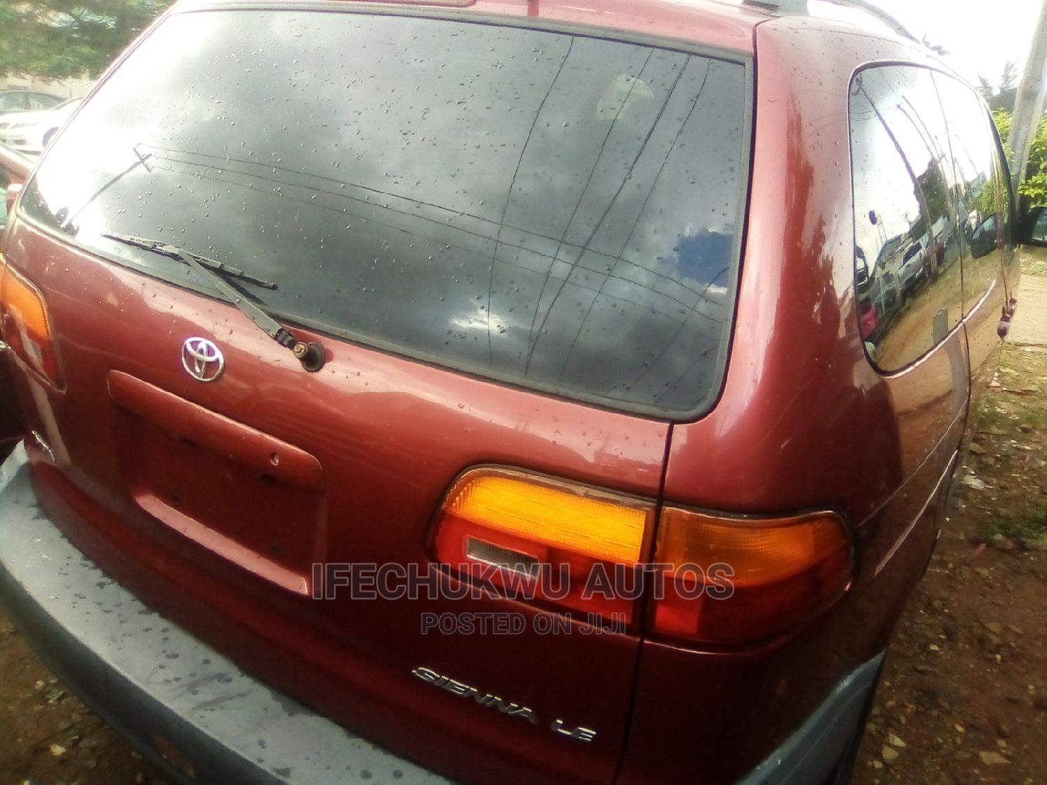 Toyota Sienna 2000 LE & 1 Hatch Red