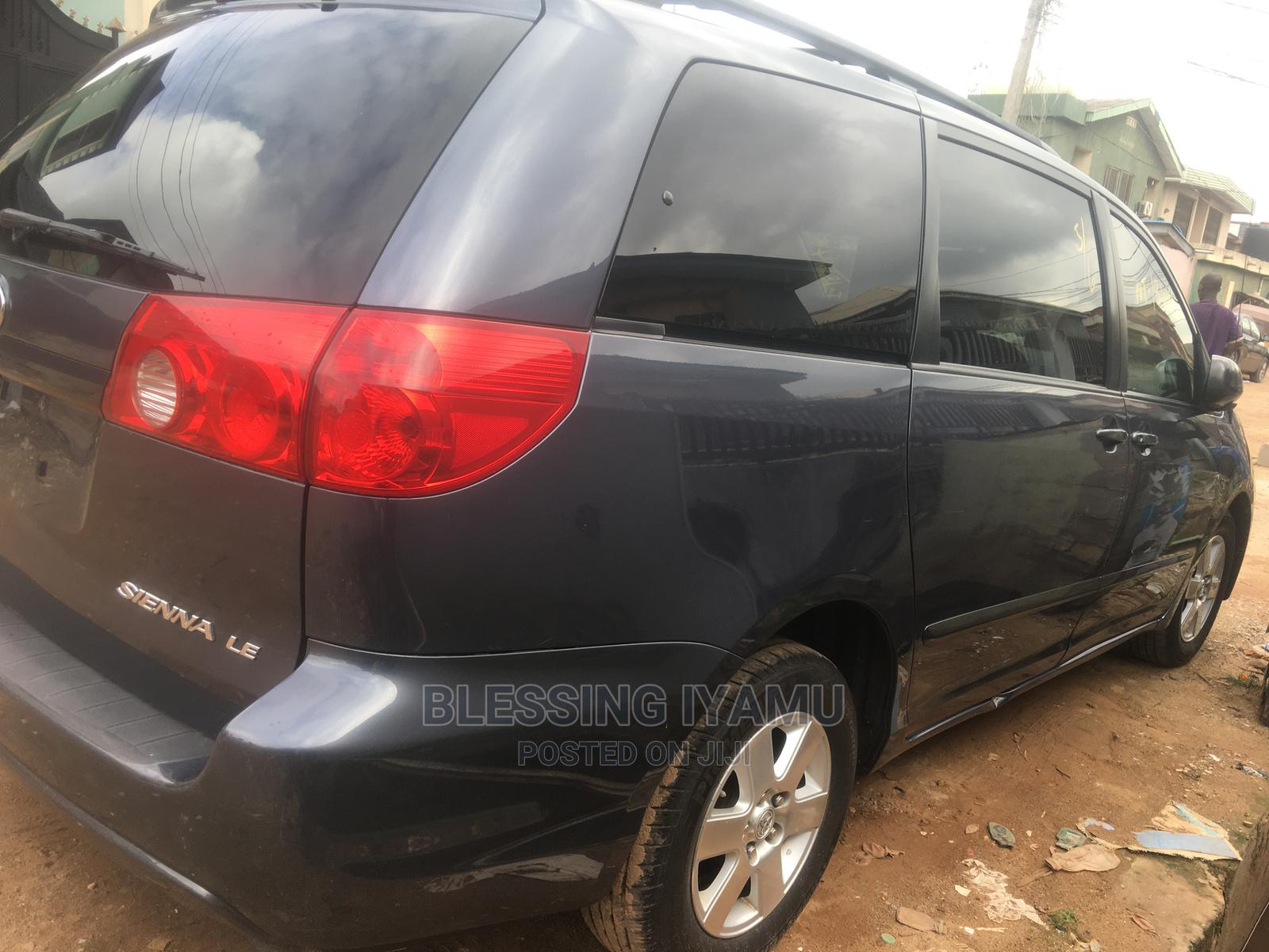 Archive: Toyota Sienna 2009 LE Blue