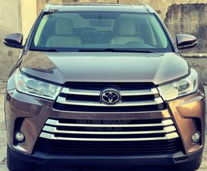 Toyota Highlander 2017 XLE 4x4 V6 (3.5L 6cyl 8A) Brown | Cars for sale in Lagos State, Surulere