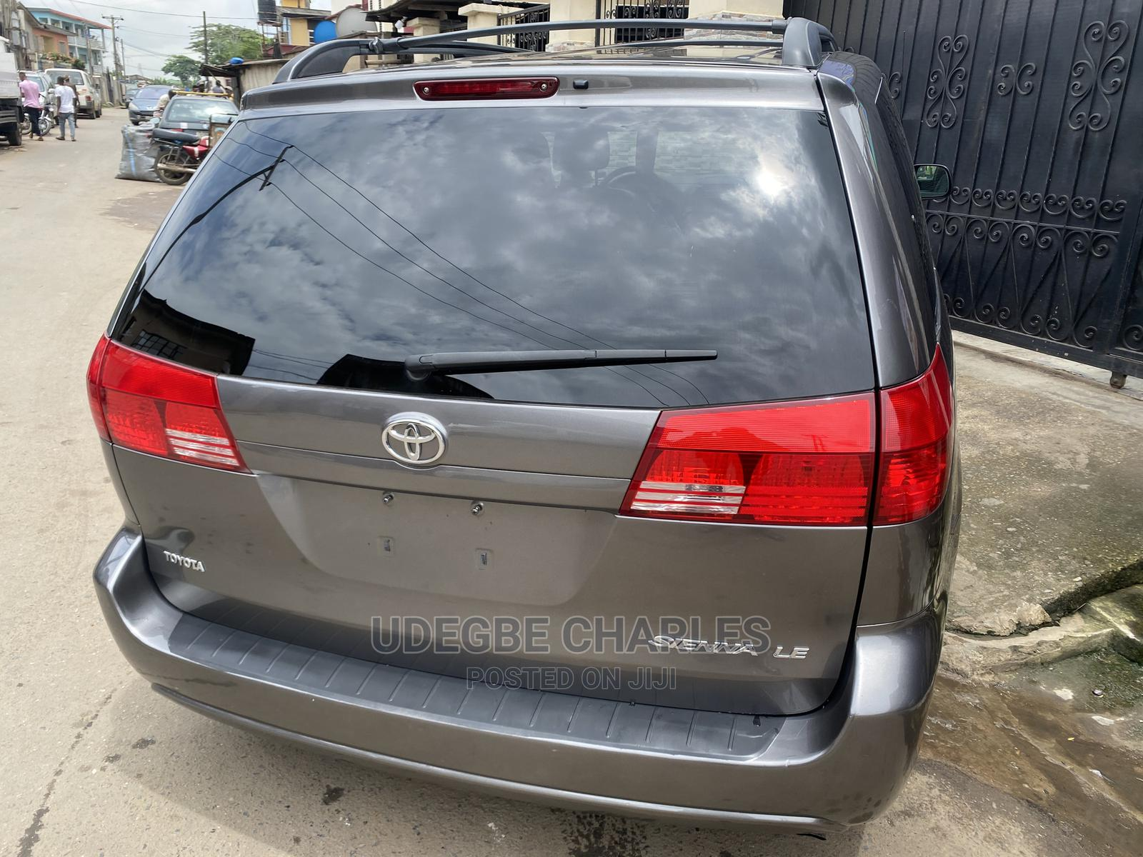 Archive: Toyota Sienna 2004 LE FWD (3.3L V6 5A) Gray